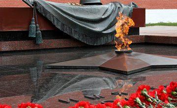 """Rusya Devlet Başkanı Vladimir Putin, """"Meçhul Asker"""" Anıtına Çelenk Bıraktı."""